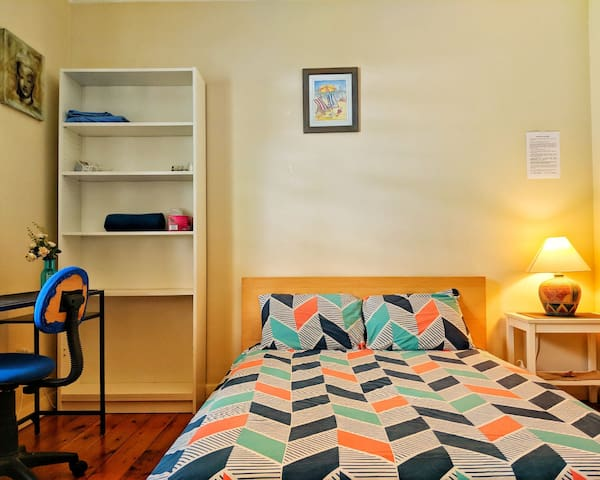 Walking distance to airport, beach and bus stop!