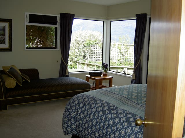 Large private comfortable room - Queenstown - Bed & Breakfast