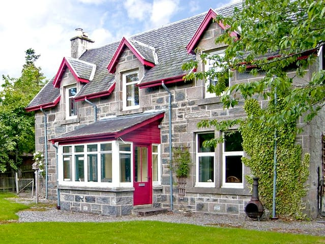 WOODLANDS, family friendly, with open fire in Newtonmore, Ref 2532