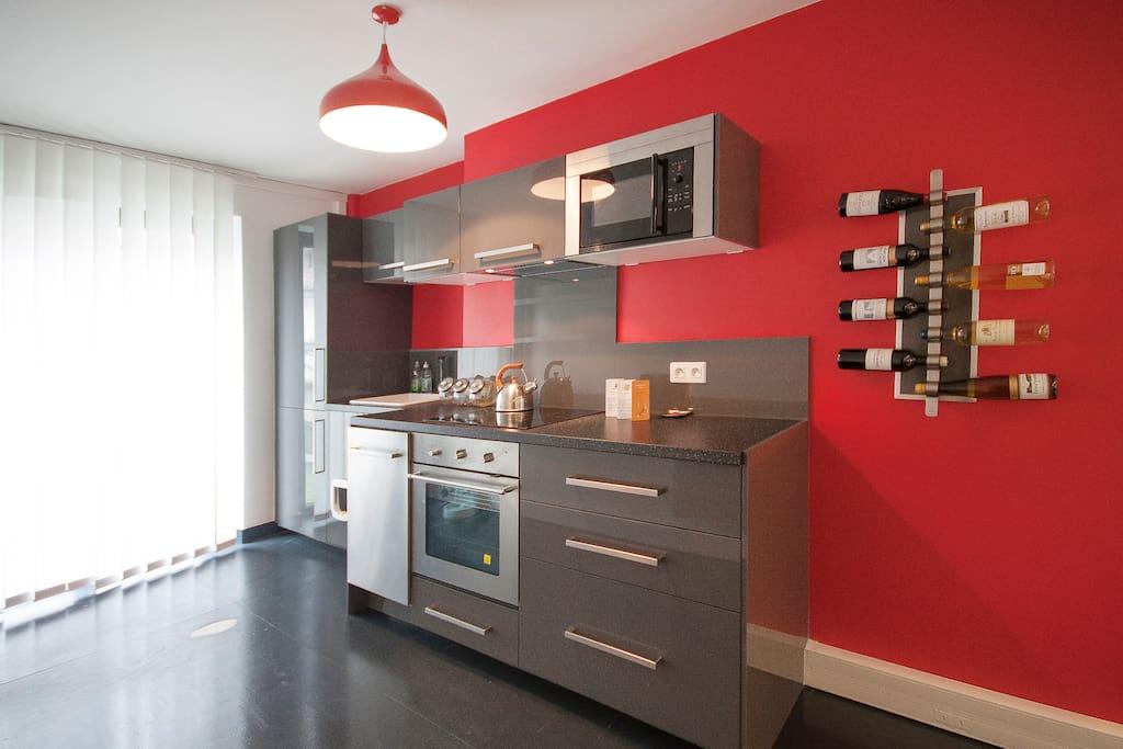 La cuisine, avec la porte fenêtre à gauche donnant sur la terrasse