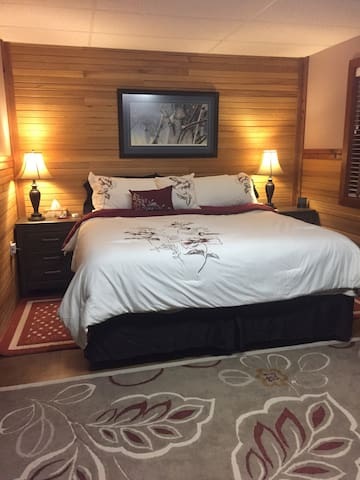 Luxuriously Spacious Queen Studio- Extra big Bed