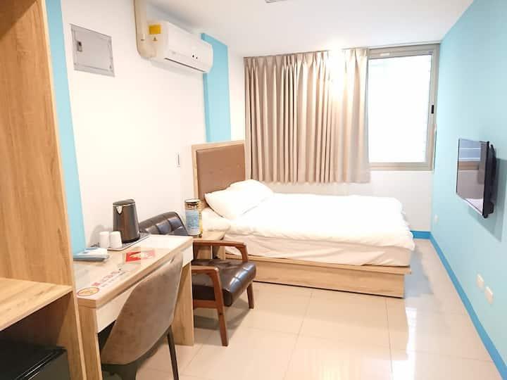 203藝之宿-大窗、自助密碼鎖、獨立衛浴2樓舒適套房、雙人床、近民權西路MRT、免費Wi-fi
