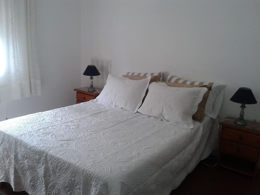 Dormitorio con  smart tv.