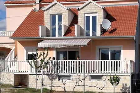 "Villa ""Gradina"" - Kijevo - Дом"