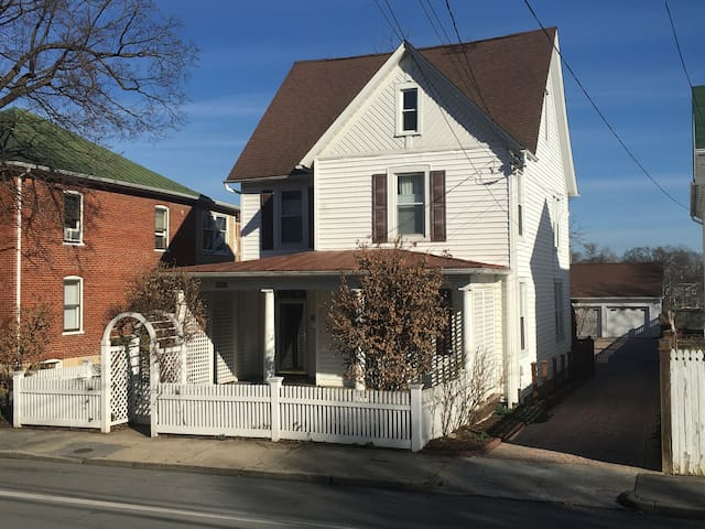 Updated country charm in downtown Winchester - 3BR