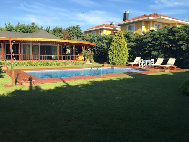 VILLA WITH PRIVATE GARDEN AND SWIMMING POOL