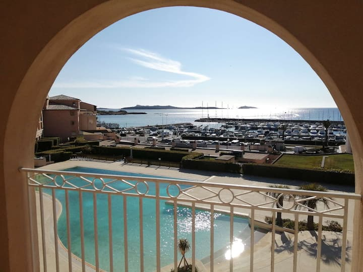 Superb apartment 5 sleeps with private pool on the seafront