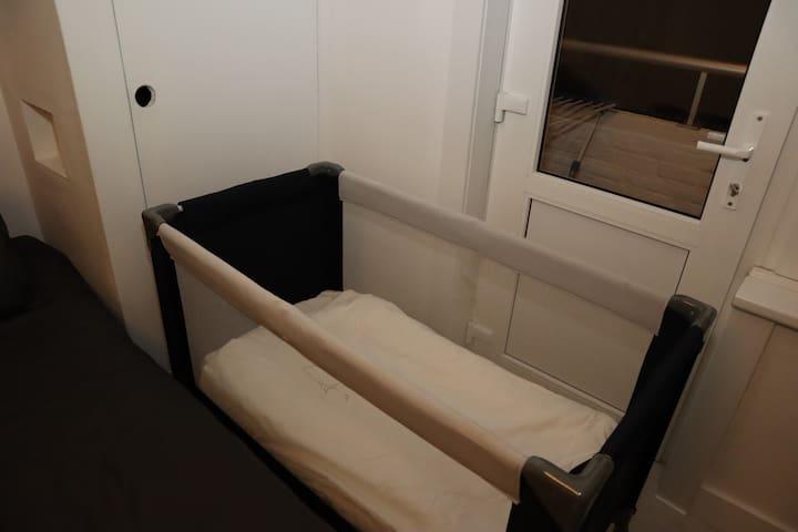 Er kan is een babybedje aanwezig van 60 x 120 cm, met een gewone matras en een donsdekentje.