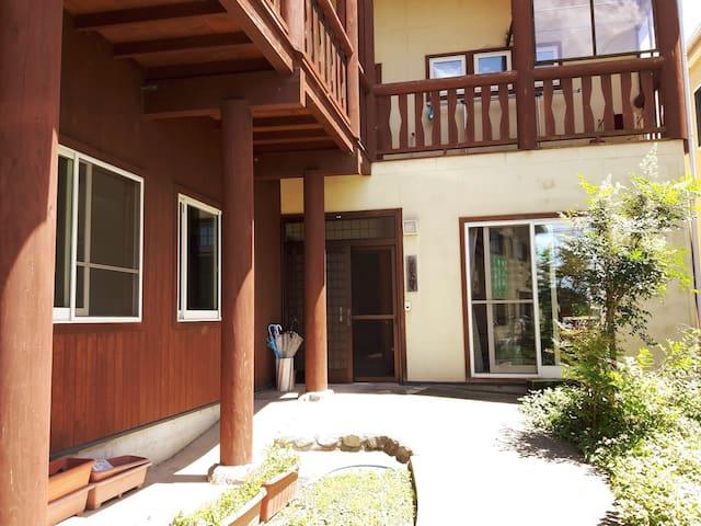 閑静な佇まい・田園風景・ウッディなゲストハウス・ゲストルームにバス、トイレ、キッチン 和室 B
