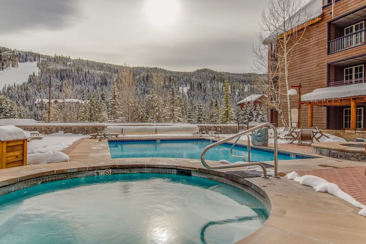 Slopeside retreat with shared hot tub, pool, game room, easy mountain access