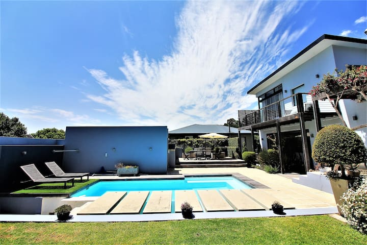 Stylish, 3 bed home with pool near Kirstenbosch