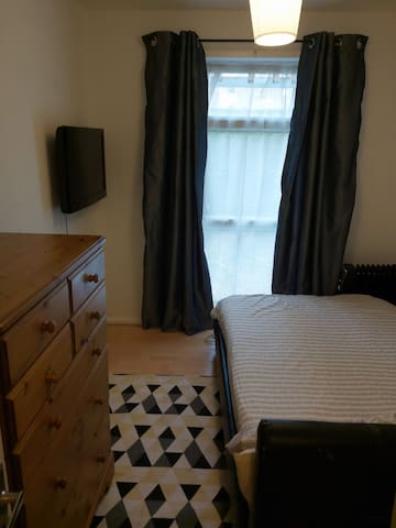 Bright,comfortable single room,storage, Sutton