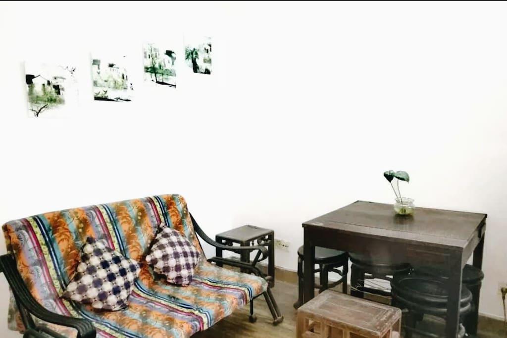 客厅的长椅可以变成单人床