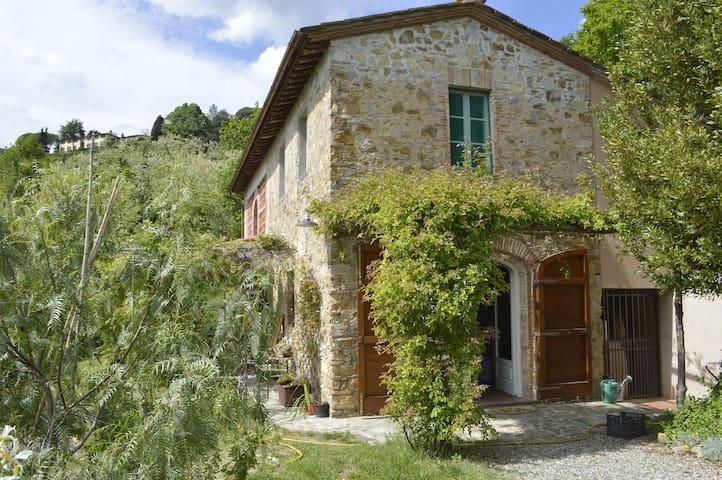 Tipica casa di campagna toscana sulle colline - Lucca