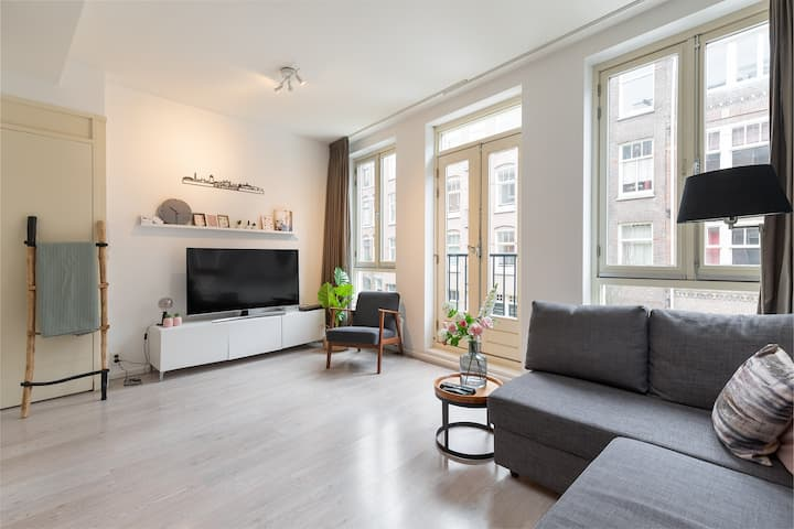 Stylish, bright and clean apartment in ''de pijp''