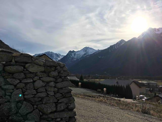 Chambre dans maison au pied des montagnes