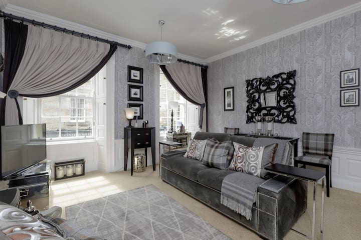 Thistle Street Luxury Apt in the Heart of the City