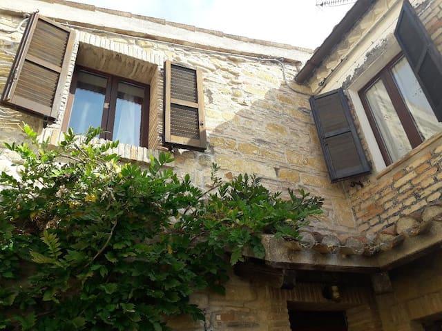 rustico in pietra-tufo centro storico Camerano