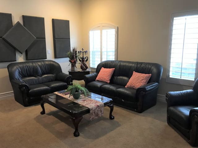 ** Spacious 2Bed 2Bath with Private Entrance **