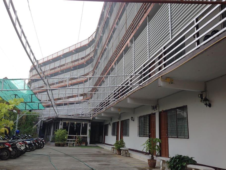 外観 : こちらの3階がEZ STAY Chiang Maiです。