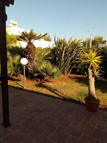 Graziosa villa per famiglie a pochi passi dal mare - Torre Santa Sabina - Villa