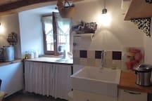 la cuisine,son 2ème évier,le pressoir à jus de fruit,  la vue sur le jardin ouest