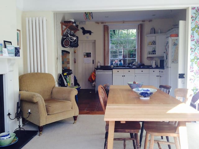 Cosy, Welcoming Tavistock Room - with Breakfast!
