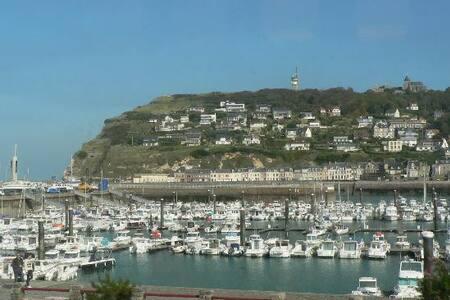 L'abri côtier, le refuge entre la mer et le port