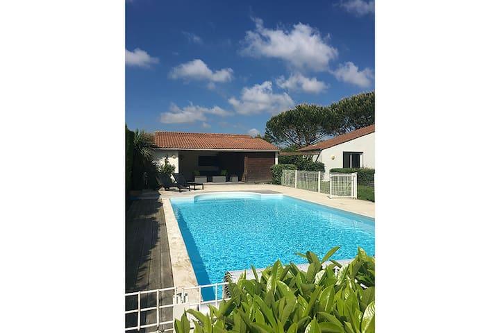 Villa moderna a Brives-sur-Charente con piscina privata