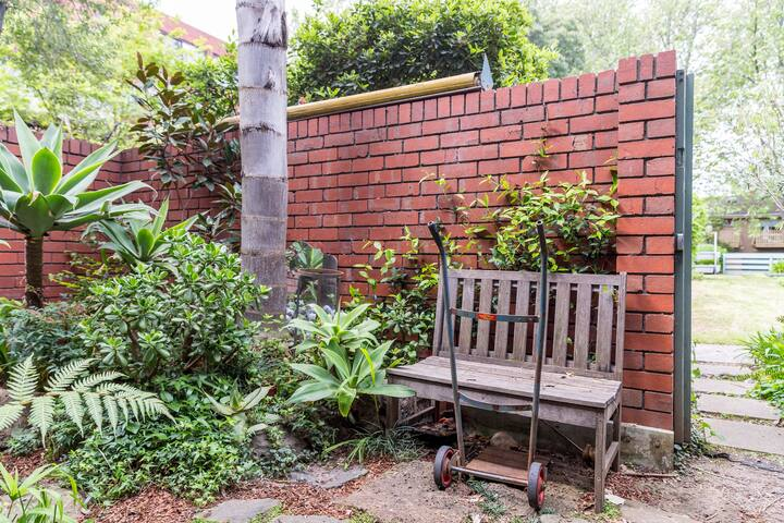 Lovely 2 Storey Courtyard Apartment - North Melbourne, Victoria, AU