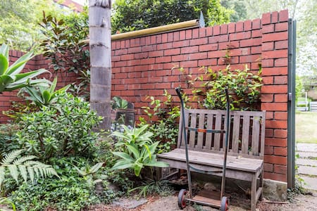 Lovely 2 Storey Courtyard Apartment - North Melbourne, Victoria, AU - Byt