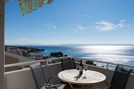 Spectacular sea views  + garage.