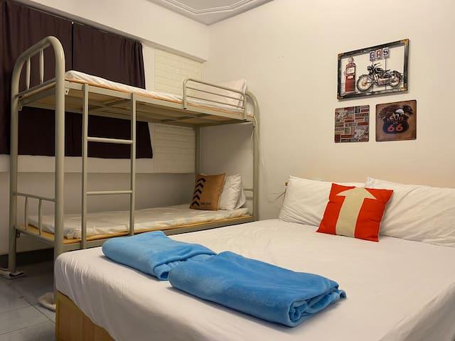 四人房 一張雙人床 一張上下舖
