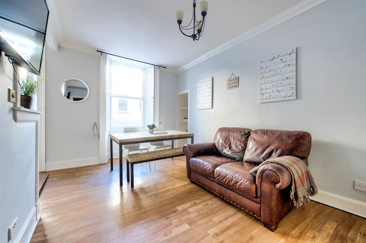 Safe and Secure Retreat for 4 in the Centre of Edinburgh