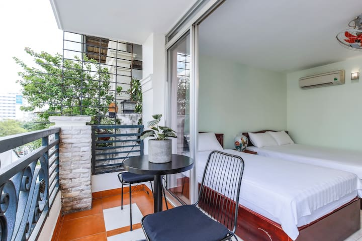 Beautiful Balcony Room close to Ben Thanh Market.