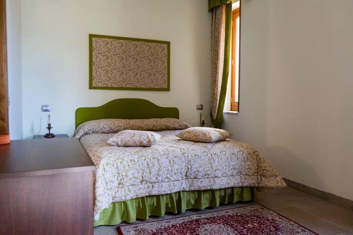 Camera matrimoniale con bagno in camera Double bedroom with en-suite bathroom