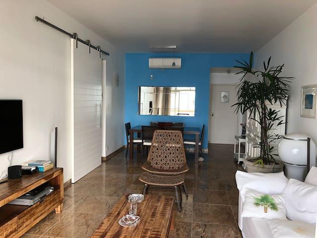 Sala de estar com ar condicionado e televisão com internet , dvd e Wii