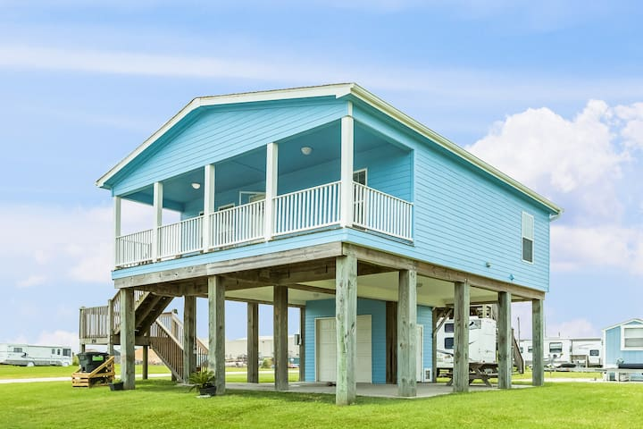 Cozy, dog-friendly home w/ large deck - just a few blocks from the beach!