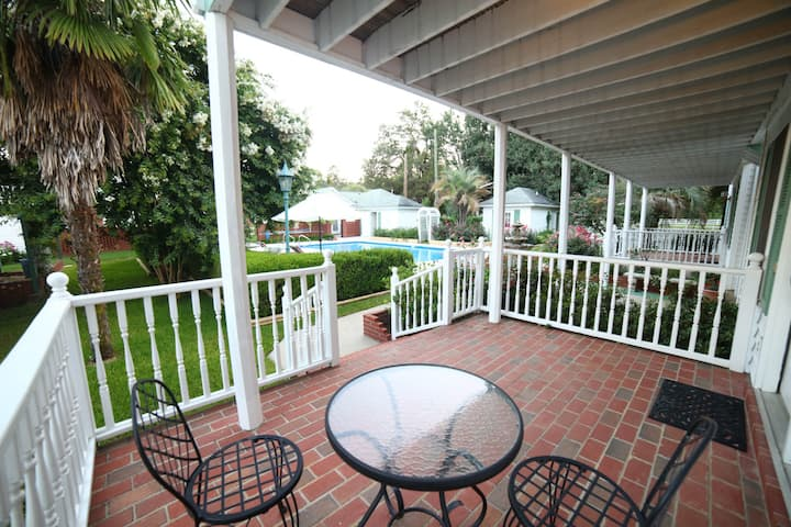 Cottage #10, Lower level, WiFi, Pool, Free parking