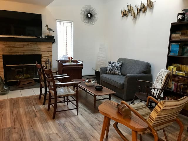 2BR ski townhouse w/fireplace - sleeps 5