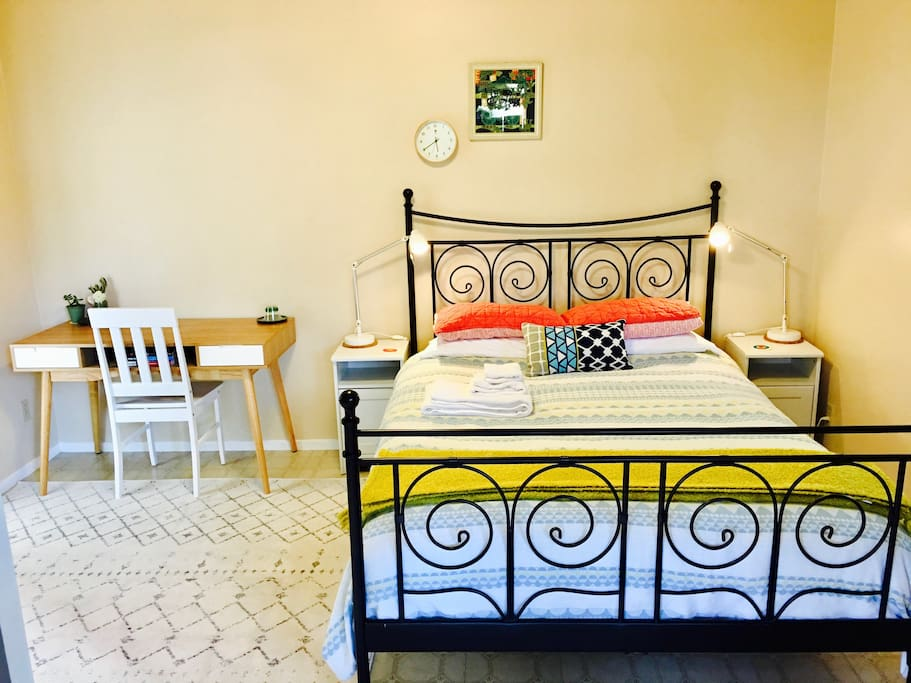 Queen bed with handmade Aireloom mattress and deluxe Mellanni fine linens