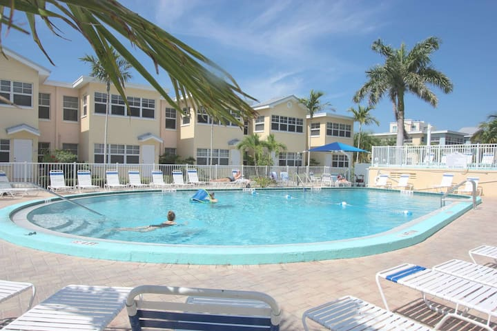 Charming condo with fishing pier, pool, free Wi-Fi, phone & cable, patio- Barefoot Beach Club D-106
