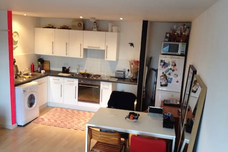 2 bedroom contemporary apartment - Salford