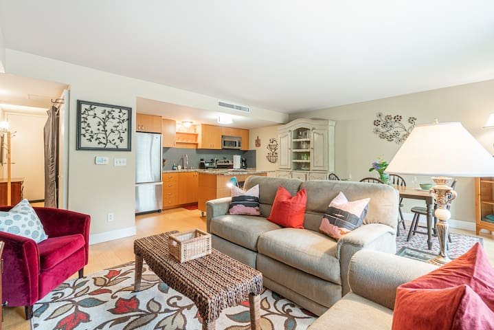 Comfy Waterfront Condo - Walk to Rogers Park!