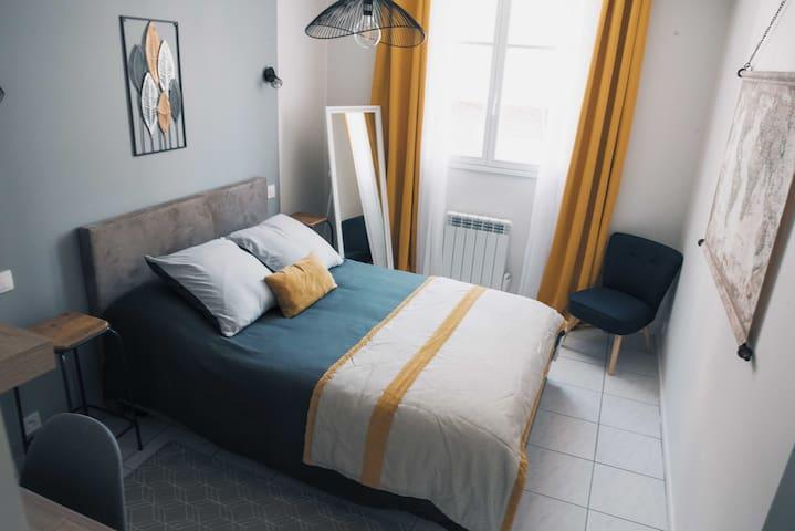 Grande chambre double avec dressing et bureau