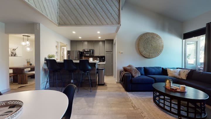 Newly remodeled 2 bedroom+Loft/3 Bathroom condo close to the Village-sleeps 8