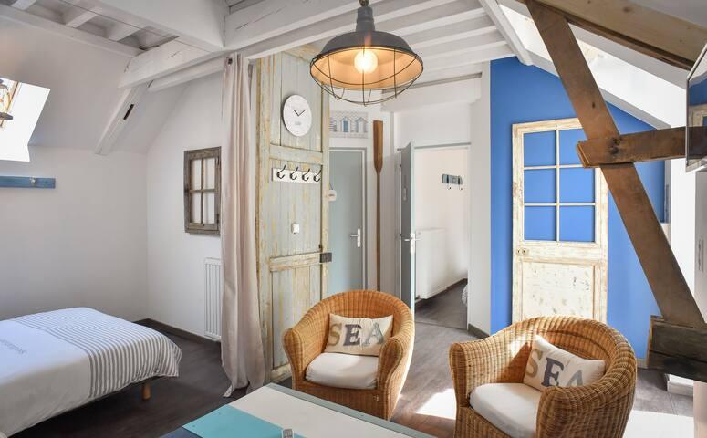 Chambre 3 - CHAMBRE CABINE DE PLAGE - L'espace salon  Une charmante atmosphère de bord de mer pour cette belle chambre composée de  2 lits double et d'un espace salon avec un canapé lit pour 2 à 6 pers.