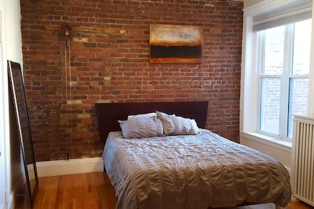 Quiet room + bath in Coolidge Corner brownstone - Lyxvåning