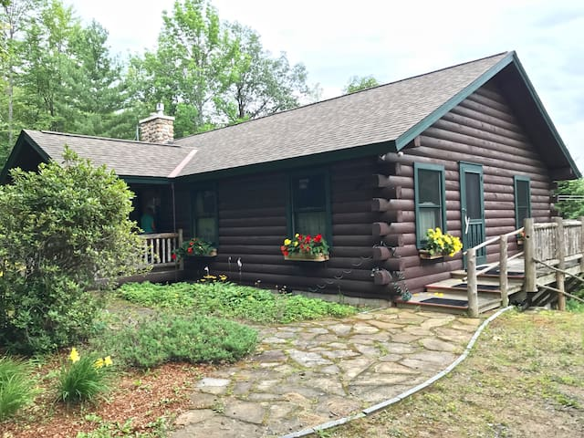 Picturesque Log Home ~ Spectacular Mountain View