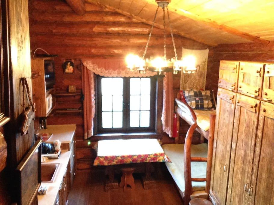 Студия, кухня, обеденный стол, холодильник, телевизор,двух ярусная кровать, шкаф,